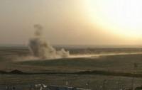 8月8日,在美军空袭过后,伊拉克北部城市埃尔比勒郊外的一个检查站附近烟雾升腾。