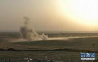 """美联社的视频截图画面显示,8月8日,在美军空袭后,伊拉克北部城市埃尔比勒郊外的一个检查站附近升起浓烟。美国五角大楼8日说,美军当天已向""""伊拉克和黎凡特伊斯兰国""""极端组织在伊拉克北部的目标发动空袭。美国有线电视新闻网报道说,空袭目标是该组织用于攻击伊北部城市埃尔比勒库尔德守军的火炮阵地。美军向火炮阵地投下两枚500磅的激光制导炸弹。"""