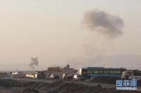 """8月8日,在美军空袭过后,伊拉克北部城市埃尔比勒郊外的一个检查站附近烟雾升腾。美国五角大楼8日说,美军当天已向""""伊拉克和黎凡特伊斯兰国""""极端组织在伊拉克北部的目标发动空袭。美国有线电视新闻网报道说,空袭目标是该组织用于攻击伊北部城市埃尔比勒库尔德守军的火炮阵地。美军向火炮阵地投下两枚500磅的激光制导炸弹。"""